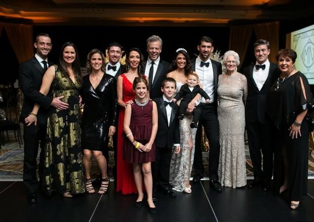 Os noivos com suas famílias (Foto: Reprodução)