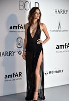 Alessandra Ambrósio e Heidi Klum exibem decotes ousados em Cannes