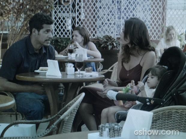 Jairo põe pressão e quer saber a verdade de Juliana (Foto: Em Família/TV Globo)