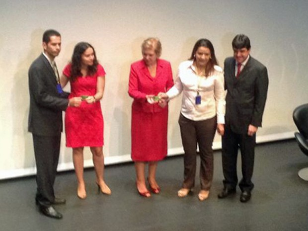 A ministra da Cultura Marta Suplicy faz 'entrega simbólica' dos cartões do vale-cultura aos funcionário do Banco do Brasil durante evento em SP (Foto: Cauê Muraro/G1)