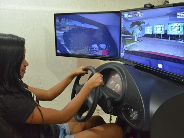 Estudante Aline Pessoa usa simulador em autoescola de João Pessoa (Foto: Krystine Carneiro/G1)