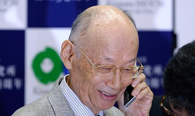 Satoshi Omura, ganhador do Nobel de Medicina de 2015, recebe telefonema de parabenização do primeiro ministro japonês Shinzo Abe (Foto: Shizuo Kambayashi/AP)