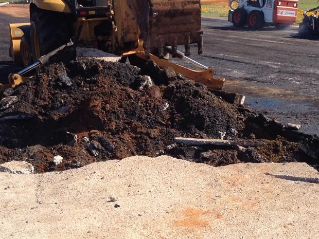 Restos do querosene derramado por carreta foram retirados neste domingo (25) (Foto: Flávia Alvarenga / TV Globo)