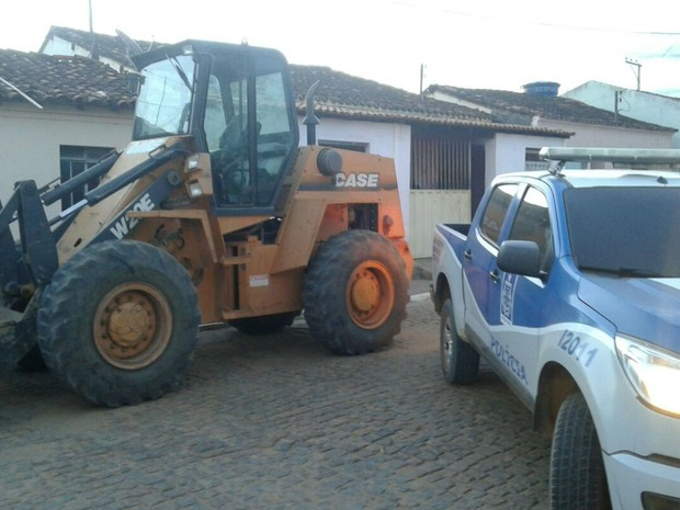Resultado de imagem para Pá carregadeira furtada em São Paulo é encontrada em fazenda de vereador na Bahia