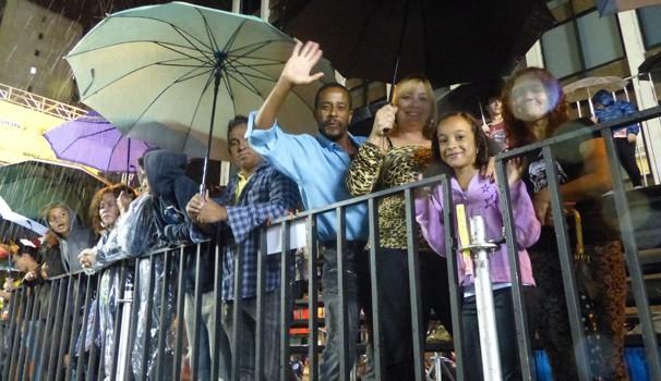Cada um se protegeu como pôde e todo mundo curtiu o desfile (Foto: Divulgação/ RPC)