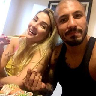 Ex-BBBs Aline e Fernando jantam juntos (Foto: Twitter/ Reprodução)