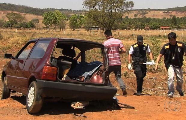 Vítimas estavam neste Fiat Uno em Trindade, Goiás (Foto: Reprodução/ TV Anhanguera)