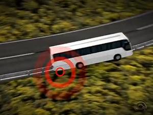 Ônibus passou por cima de guarrail (Foto: Reprodução/RBS TV)