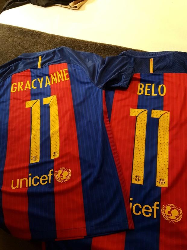 Belo e Gracyanne Barbosa ganham camisas personalizadas do craque Neymar (Foto: R2assessoria/Divulgação)