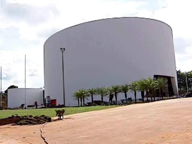 Fachada do Teatro Municipal de Uberlândia, ainda em obras (Foto: Reprodução / TV Integração)