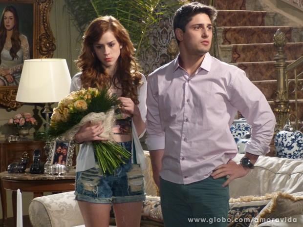 Rogério fica com ciúmes da namorada (Foto: Amor à Vida/ TV Globo)