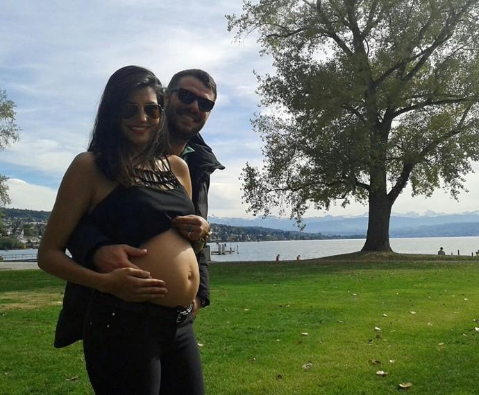 Os dois mostram a felicidade por estarem 'grávidos' de Antônio (Foto: Arquivo Pessoal)