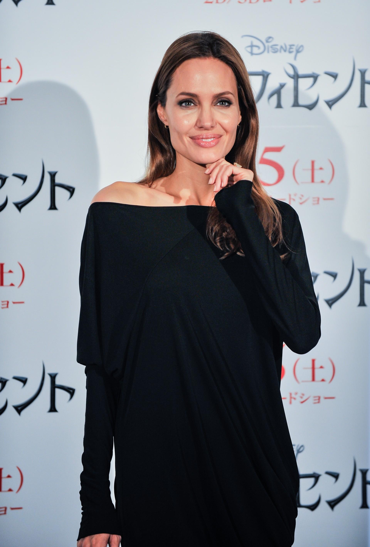 Angelina perdeu a mãe e a tia para a doença que também poderia consumir seu corpo. Por isso, em maio de 2013, ela anunciou em um artigo no jornal The New York Times que havia feito uma mastectomia dupla preventiva para eliminar o risco de câncer, explican (Foto: Getty Images)