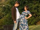 Suzana Alves mostra barrigão ao lado do marido na reta final da gravidez