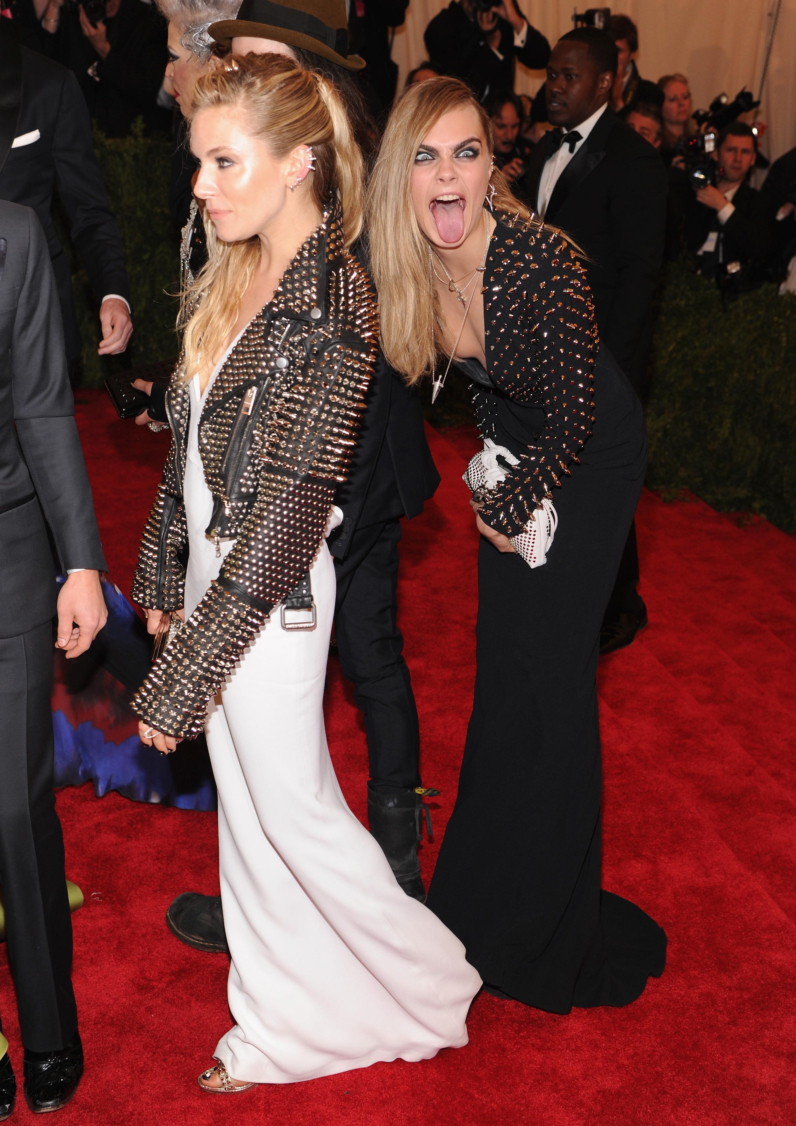 Sienna Miller e Cara Delevingne em 2013 (Foto: Getty Images)