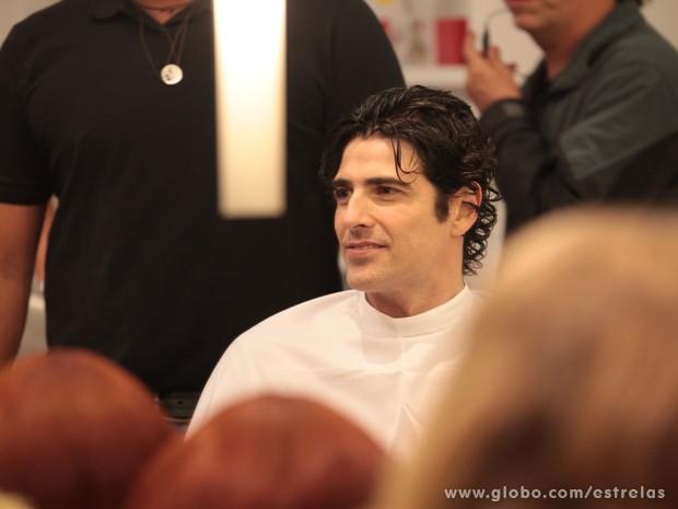 Reynaldo Gianecchini de cabelo molhado antes do corte (Foto: TV Globo/Estrelas)