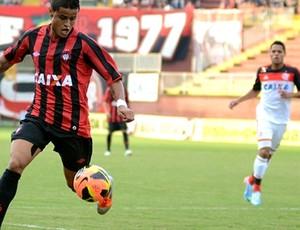 Everton, meia do Atlético-PR, contra o Flamengo (Foto: Site oficial do Atlético-PR/Divulgação)