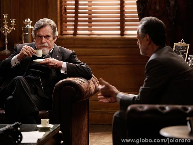 Ernest revela seu passado sombrio para o advogado (Foto: Fábio Rocha/TV Globo)