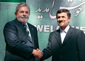 INGENUIDADE Lula e Ahmadinejad em 2010. O brasileiro acreditou no iraniano (Foto: -)