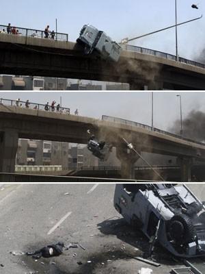 Veículo policial é empurrado para fora de uma ponte por manifestantes perto do maior acampamento de apoiadores de Mohamed Morsi no Cairo, no distrito de Nasr (Foto:  Aly Hazzaa/Sabry Khaled/El Shorouk Newspaper/AP)