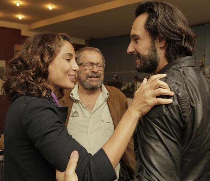 Camila Pitanga, Carlos Vereza e Rodrigo Santoro se cumprimentam em reencontro (Foto: Inácio Moraes/ Gshow)
