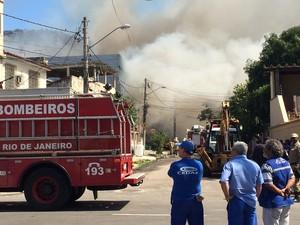 Combate ao fogo continuou à tarde (Foto: Marcelo Elizardo/G1)