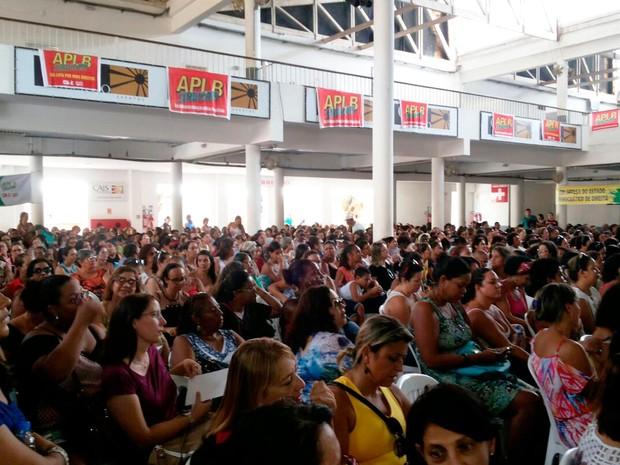 Professores se reuniram em assembleia na manhã desta sexta-feira (Foto: Robel Sousa/TV Bahia)