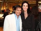 Lisandra Souto posa com sósia de Roberto Carlos em evento no Rio