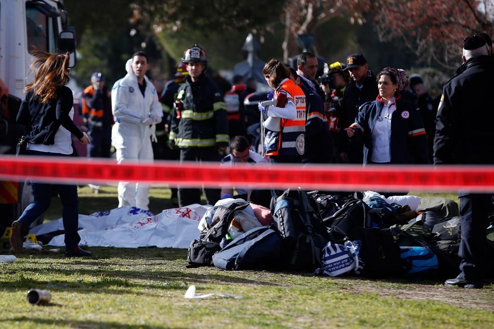 Forças de segurança de Israel e médicos trabalham em local onde um caminhão atropelou pessoas em Jerusalém, Israel (Foto: Ahmad Hharabli/AFP)