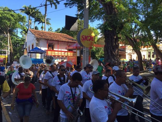 Orquestra desfila animando os foliões nesta sexta-feira (Foto: Lorena Andrade / G1)