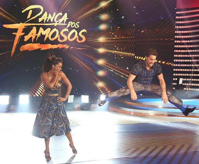 Flávio surpreende com flexibilidade corporal durante apresentação no 'Dança' (Foto: Carol Caminha/Gshow)