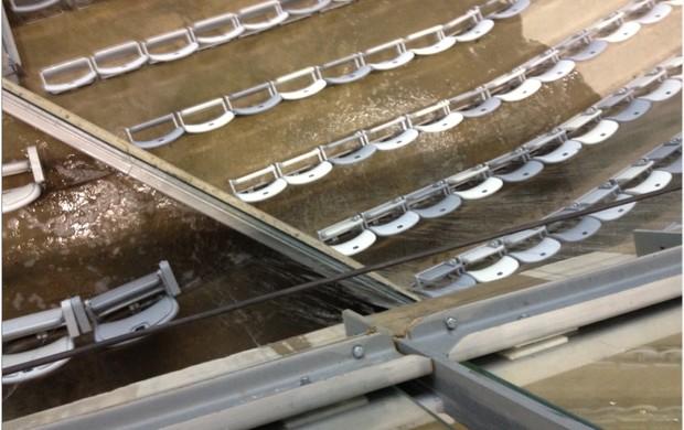 Cadeiras do Mineirão debaixo de água (Foto: Globoesporte.com)
