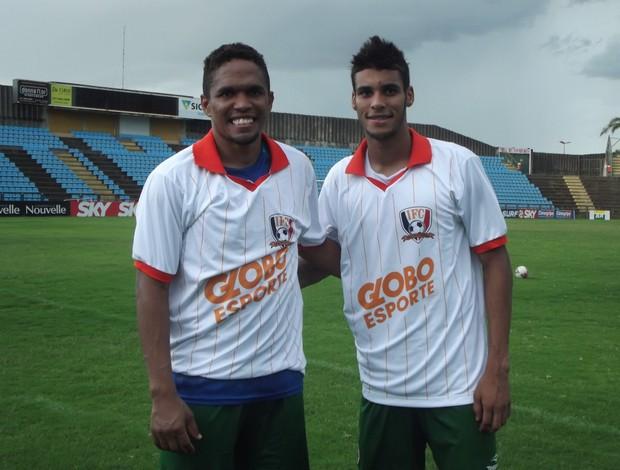 Jogadores do Ipatinga recebem a camisa do Inacreditável (Foto: Patricia Belo/Globoersporte.com)