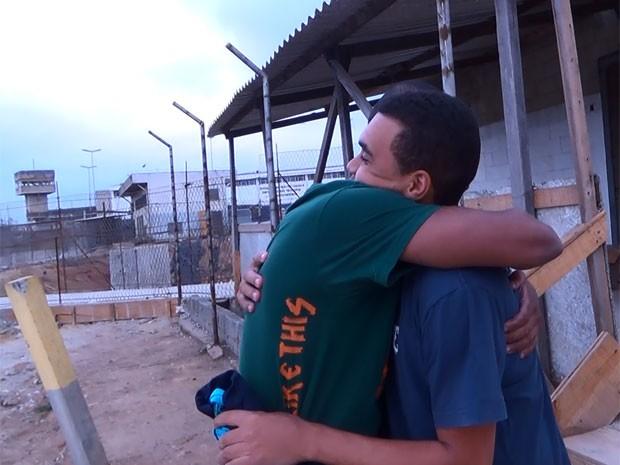 Diego e Douglas se abraçam após ficarem 4 meses e 7 dias presos por engano (Foto: Glauco Araújo/G1)