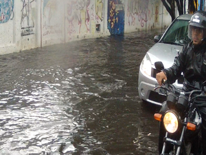 Chuva provoca alagamentos e inundações em Fortaleza (Foto: Reprodução/TV Verdes Mares)