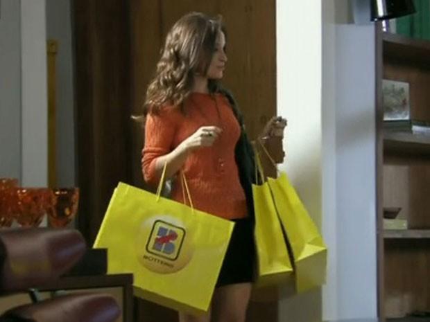 Júlia chega com várias sacolas de sapatos (Foto: Além do Horizonte/TVGlobo) (Foto: Além do Horizonte/TVGlobo)