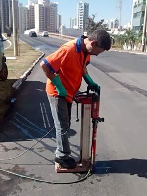 Funcionário retira amostra de asfalto em Águas Claras, no DF, para análise em laboratório  (Foto: Lucas Nanini/G1)