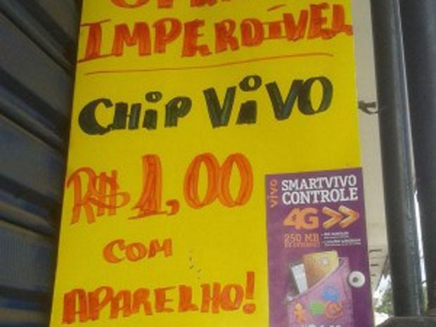 Cartaz com anúncio considerado propaganda enganosa foi colocado em porta de loja em Guarabira (Foto: Aurélio Damião/Arquivo Pessoal)