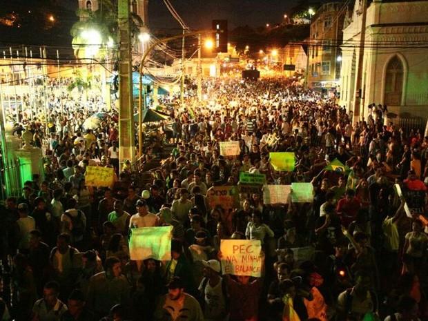 20 AL - Manifestantes estão em frente ao Palácio dos Martírios, em Maceió. (Foto: Jonathan Lins/G1)