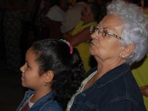 Aposentada acompanha abertura do São João com a neta  (Foto: Rafael Melo/ G1)