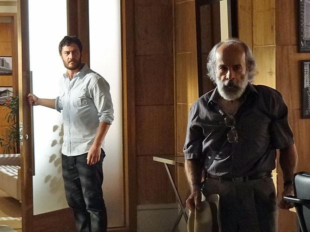Rodrigo expulsa Virgílio de sua sala e torce para vê-lo atrás das grades (Foto: Amor Eterno Amor/TV Globo)