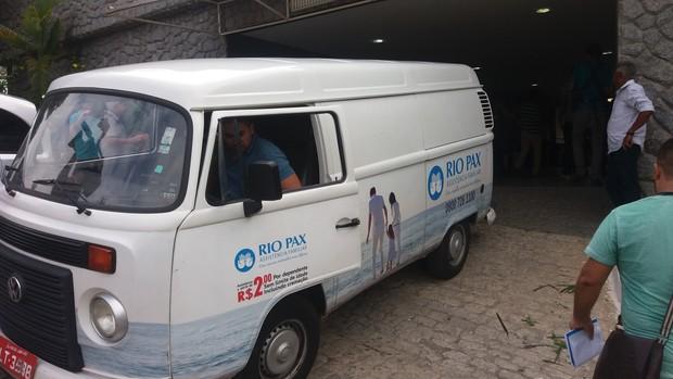 Carro da funerária chega para buscar corpo de Raquel Santos (Foto: EGO)