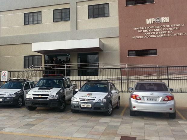 Policiais se concentram na sede dp Ministério Público em Natal (Foto: Jorge Talmon/Inter TV Cabugi)