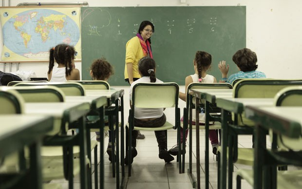 Estudantes da rede pública participam da prática em matemática com a professora Janaina de Almeida  (Foto: Caio Kenji/G1)