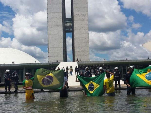 Manifestantes entram no espelho d´água em frente ao Congresso Nacional (Foto: Vinícius Werneck/TV Globo)