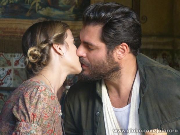 Operário encontra consolo nos braços de Célia e se apaixona pela moça (Foto: Joia Rara/TV Globo)