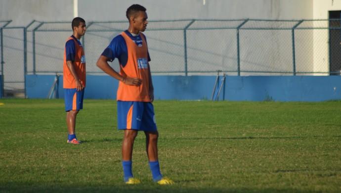Wallace SE e Anderson treinaram na equipe titular do Confiança (Foto: Felipe Martins)