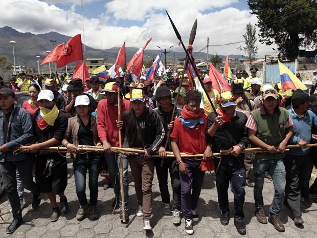 Jovens protegem líderes indígenas durante marcha em Machachi, no Equador, na terça (11) (Foto: AFP Photo/Juan Cevallos)