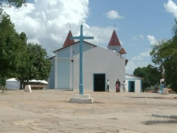 Ossos brilhantes foram encontrados em igreja de Santo Antônio do Descoberto, em Goiás (Foto: Reprodução/TV Anhanguera)