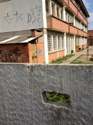 Traficantes vendiam drogas em escola do RS por meio de buraco em muro (Foto: Divulgação/Polícia Civil)
